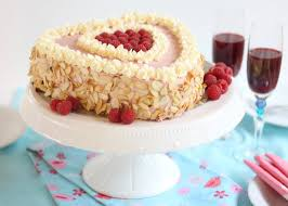 fruchtig leichte himbeer sahne torte in herzform