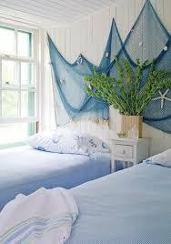 wanddeko maritim blau weiße wände strandhaus schlafzimmer