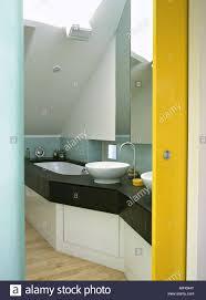 badezimmer mit gelben schiebetür und zwei waschbecken auf