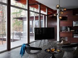 fernseher mitten im raum wohnzimmer tripod stativ dreibein