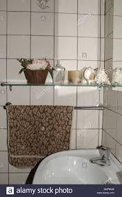bad regal handtuch spiegel und waschbecken stockfotografie