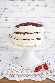 pavlova torte mit sahne und beeren