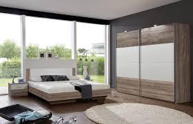 schlafzimmer aus bett schrank und nachtkästchen