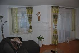 farbenfrohe gardine mit seitenschals fürs wohnzimmer http