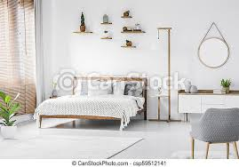 weißes und graues schlafzimmer runder spiegelschrank oben