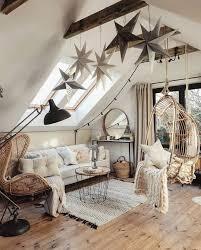 gemütliches dachwohnzimmer mit freiliegenden balken und