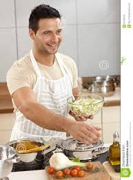 junger mann in der küche stockfoto bild stehen koch