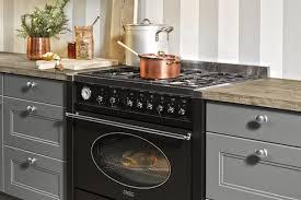 landhaus küche in grau mit gasherd nolte kuechen