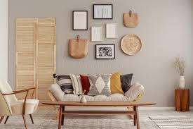 holz und korbmã bel in modernem skandinavischem wohnzimmer