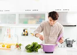 junger mann in der küche zu hause kochen stockfoto und mehr bilder china
