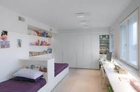 une chambre pour deux enfants des lits placés dans la longueur rooms bedrooms and room