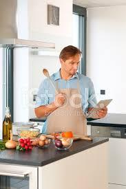 mann in modernen küche tabletts küche stockfotos