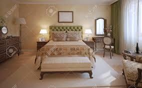 master schlafzimmer englisch stil ein zimmer mit zwei place bett olivenkopfteil und dunklen eichenmöbeln bank und weißen teppich in der mitte des