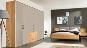 interliving schlafzimmer serie 1008 kleiderschrank matte taupefarbene lackoberflächen balkeneiche sechs türen drei