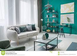 gold und grünes wohnzimmer stockfoto bild gemütlich