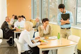 repas bureau pause déjeuner collègues de bureau mangent en salade repas