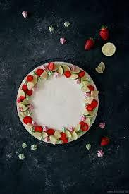 no bake philadelphia torte mit limetten mini baiser und erdbeer fruchteinlage kühlschranktorte
