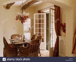 zuckerrohr stühle am tisch in creme country esszimmer
