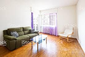 wohnzimmer mit sessel und grüne sofa stockfoto und mehr bilder alt