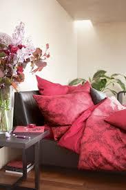 rote farbakzente im schlafzimmer blumen bild kaufen