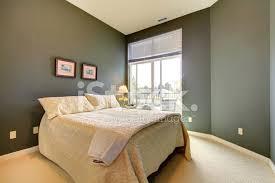 schlafzimmer mit grau grünen wände und weiße stockfotos