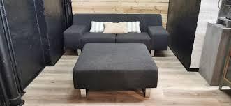 sofa 2 sitzer grau polster garnitur chrom edelstahl füße ottomane hocker