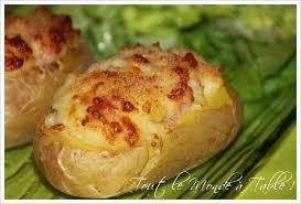 pomme de terre en robe de chambre au four pommes de terre farcies au chèvre et aux lardons tout le monde à