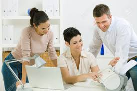 equipe bureau équipe de travail des gens heureux de bureau à bureau en utilisant