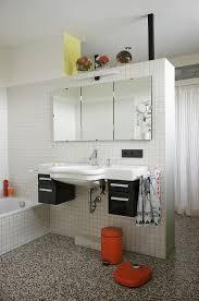 waschbecken mit spiegel an weiss bild kaufen 11037441