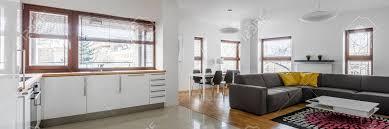 panoramablick auf wohnzimmer mit hochglanz moderne küchenzeile