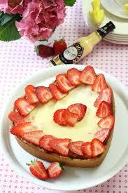 käsekuchen mit erdbeeren und eierlikör in herzform