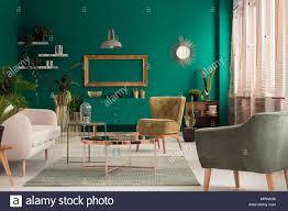 grüne wohnzimmer interieur mit frischen pflanzen leere gold