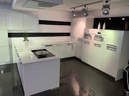 weiße hochglanz küche mit weißer silestone arbeitsplatte weißer küchentraum aus glas