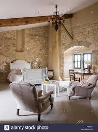 geräumige naturstein dachgeschoss schlafzimmer mit
