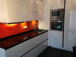 cuisine orange et noir plans pluriel granit noir et credences orange