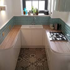 türkise glas metro fliesen sehen in einer weißen küche toll