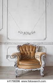 wohnzimmer mit antiker stilvoll beige sessel auf