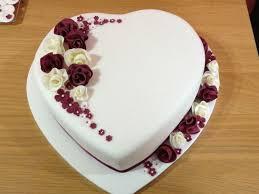 ein weißes herz mit romantischen blüten in creme und