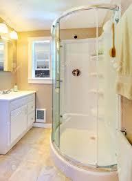 kleine beige badezimmer mit begehbarer dusche in weiß und weiß schrank