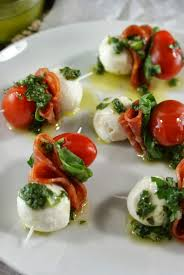 idée de canapé authentic suburban gourmet pepperoni caprese bites with basil