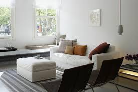 helles wohnzimmer mit langer sitzbank bild kaufen
