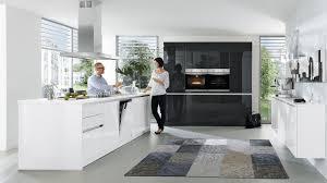 design inselküche gloria wert küche mit front in hochglanz kristallweiss und lavaschwarz