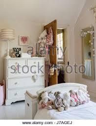 sortierten teddybären auf bett im schlafzimmer der kinder