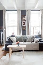 sofa mit kissen und holzbank als bild kaufen 12799925