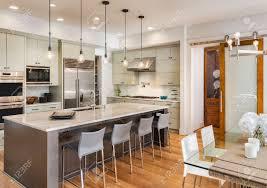 küche interieur und esszimmer in neue luxus haus mit insel pendelleuchten küchengeräten aus edelstahl und holzböden