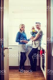lesbienne dans la cuisine portrait de heureux lesbiennes avec bébé dans la cuisine