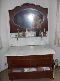 antikes schlafzimmer mit kleiderschrank bett nachtschränken