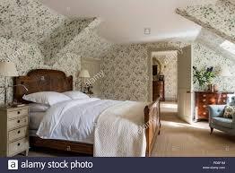 antike rattan bett in blumen tapezierten schlafzimmer mit