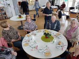 senioren genießen kaffee und kuchen im enzpavillion