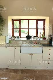 countryküche creme shaker schrank türen zwei waschbecken schubladen belfast stockfoto und mehr bilder arbeitsplatte